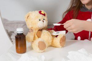 μικρό κορίτσι με τη γρίπη το κρύο ή τον πυρετό στο σπίτι 68666010