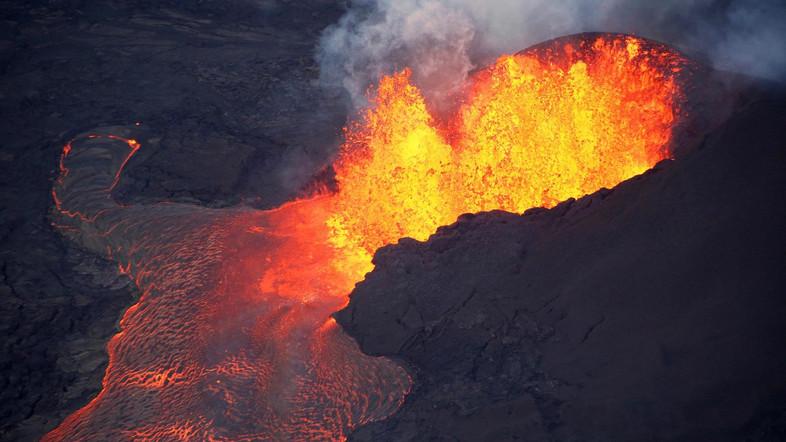 Lava erupts in Leilani Estates