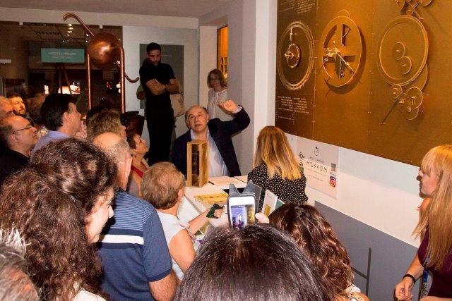 Ο Κ. Κοτσανάς επιδεικνύει το πλήρες ανάπτυγμα του Μηχανισμού των Αντικυθήρων