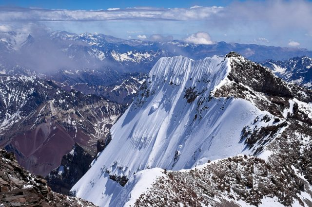 Οι υψηλές οροσειρές, όπως οι Άνδεις, σχηματίζονται κοντά σε ζώνες υποτονισμού