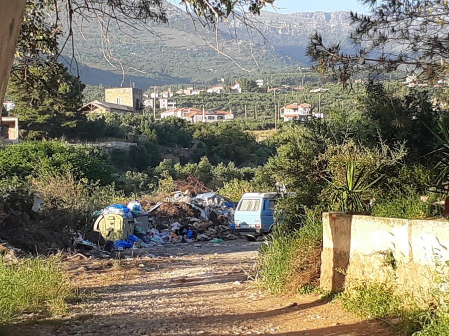 Σκουπίδια στη Μάνη