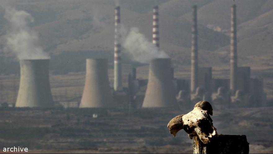 Κλιματική αλλαγή - ρύπανση - εργοστάσιο - καμινάδες