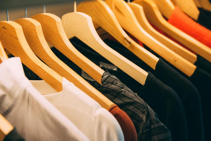 χάρισε ρούχα