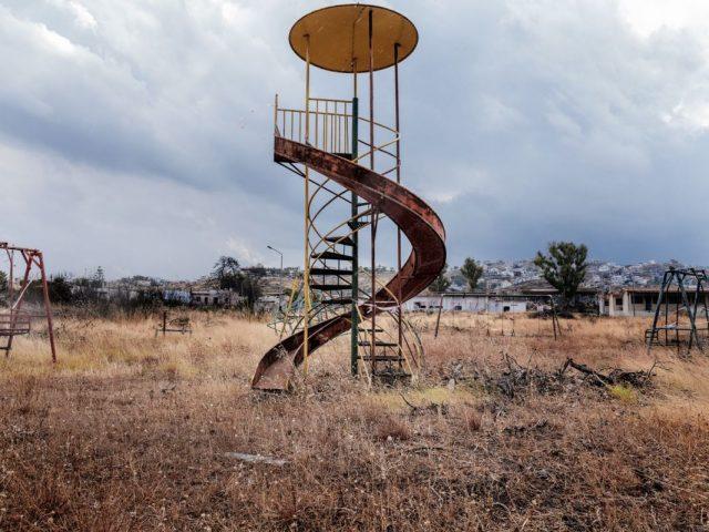 Ο Τάσος Βρεττός φωτογραφίζει το Μάτι έναν χρόνο μετά την καταστροφή