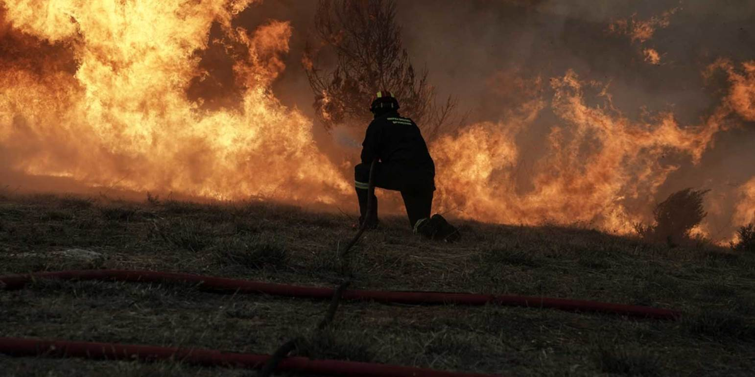Μαίνεται η πυρκαγιά στον Κιθαιρώνα Αττικής