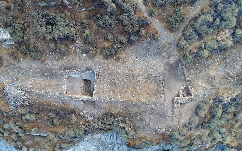 Αεροφωτογραφία τμήματος του Κτηρίου 2 (αριστερά ο Χώρος ΙΒ, δεξιά ο Χώρος Η και η πύλη) (φωτ. Κώστα Ξενικάκη).