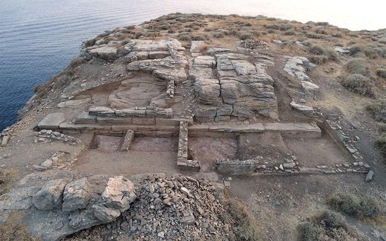 Μνημειακό ανάλημμα κλασικών ελληνιστικών χρόνων και ορθογώνιοι χώροι της ύστερης αρχαιότητας Πρωτοβυζαντινών χρόνων