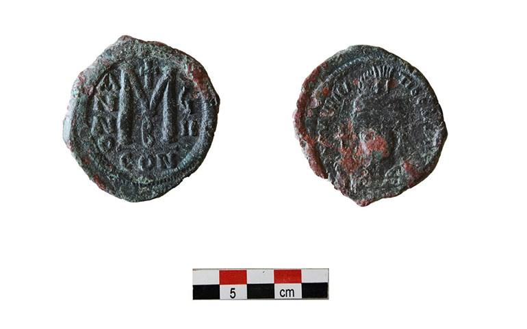 Χάλκινος φόλλις Μαυρικίου Τιβερίου (582 602) από το Χώρο ΙΒ του κτηρίου 2 (τέλη 6ου αιώνα).