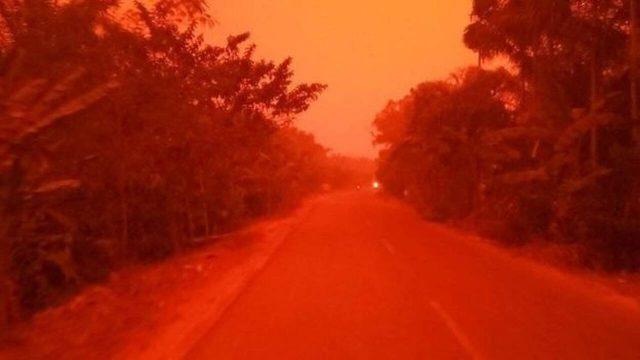 Ινδονησία: Γιατί έγινε κόκκινος ο ουρανός;