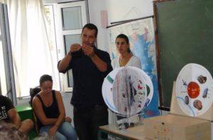 Εκπρόσωπος Ομίλου ΕΛΠΕ παρουσιάζει την εκπαιδευτική βαλίτσα «ΓΗ 2030»