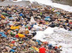 πλαστικά στις παραλίες