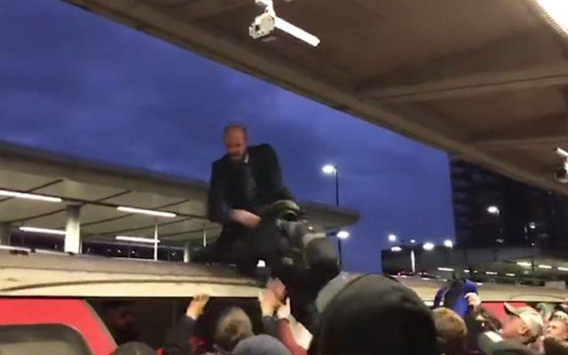Λονδίνο: Επιβάτες έσυραν ακτιβιστή για το κλίμα από την οροφή τρένου (βίντεο)
