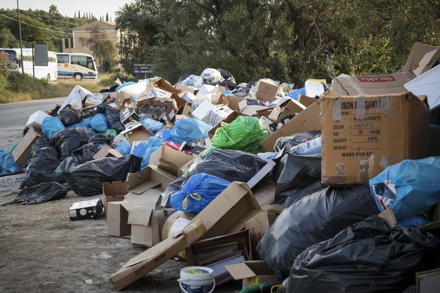 Σκουπίδια στο δρόμο Ρόδας - Αχαράβης στην βόρεια Κέρκυρα