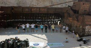 """Ζάκυνθος: Καθάρισαν την παραλία του Ναυαγίου και χόρεψαν """"Ζορμπά"""""""
