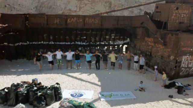 Ζάκυνθος: Καθάρισαν την παραλία του Ναυαγίου και χόρεψαν