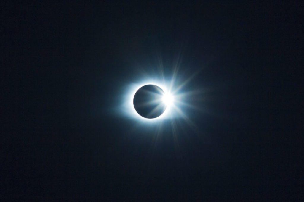 Ηλιακή έκλειψη, φεγγάρι