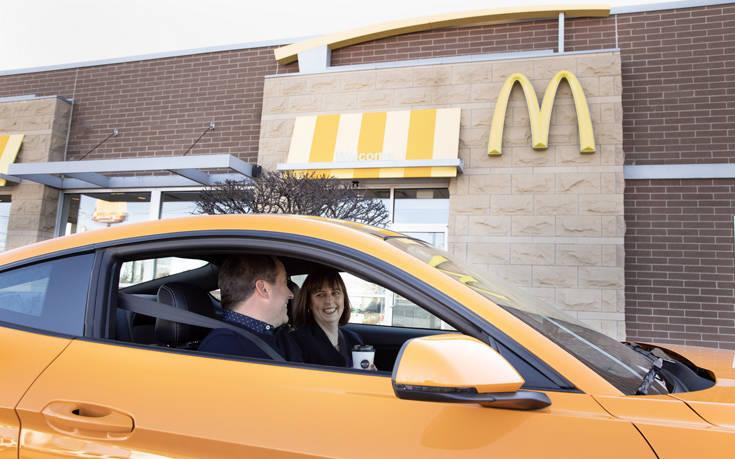 Ένα αυτοκίνητο φτιαγμένο με καφέ 2019 Ford McDonalds 8109 C1