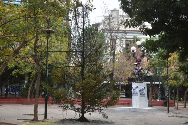 Καμένο χριστουγεννιάτικο δέντρο στα Εξαρχία 2019