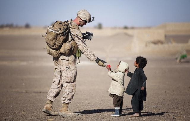 εθελοντισμός, αλτρουισμός, στρατιώτης, παιδιά, πόλεμος