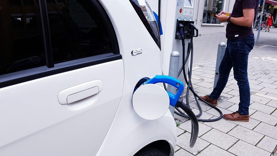 Ποιες πολυκατοικίες υποχρεούνται με υποδομή για φορτιστές ηλεκτρικών οχημάτων από τον Μάρτιο του 2021