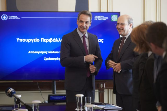 Συνάντηση πρωθυπουργού Μητσοτάκη με ΥΠΕΝ Χατζηδάκη