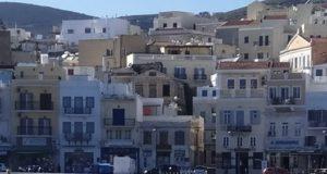 Περίτεχνες βουτιές από μια φώκια στο λιμάνι της Σύρου