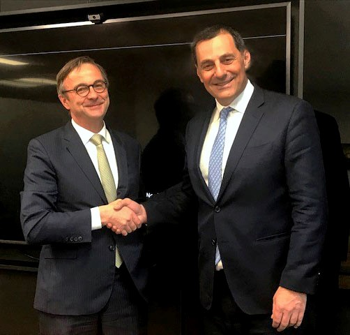 O Denis Lemarchal, Managing Director τηςTotal E&P Greece (αριστερά) και ο Μαθιός Ρήγας, Διευθύνων Σύμβουλος της Energean κατά την υπογραφή της συμφωνίας