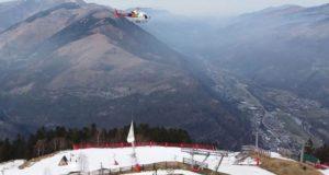 Oργή οικολόγων για τη μεταφορά 50 τόνων χιονιού με... ελικόπτερο