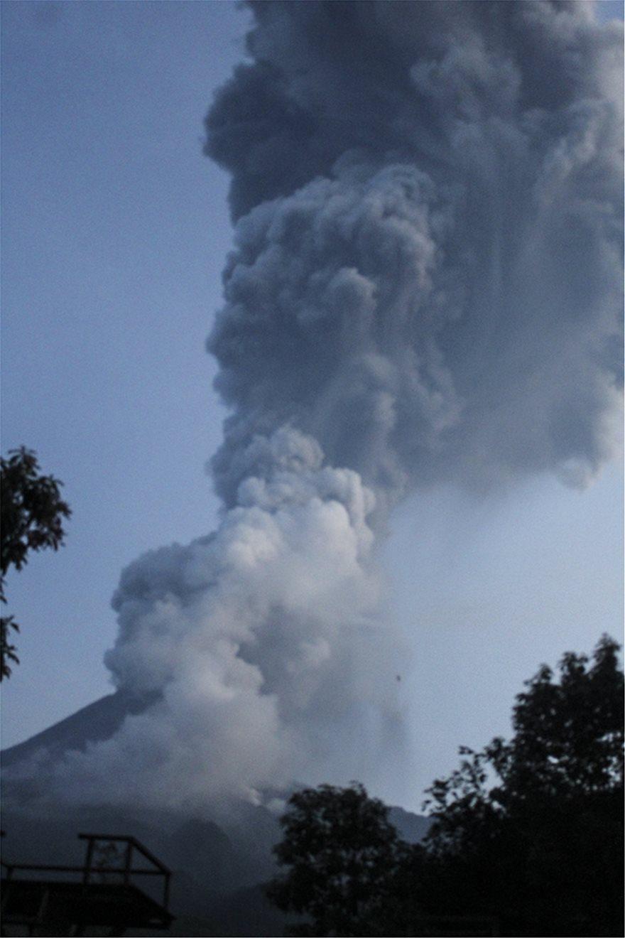Ινδονησία: «Ξύπνησε» το ηφαίστειο Μεράπι - Προβλήματα στις πτήσεις από την στάχτη