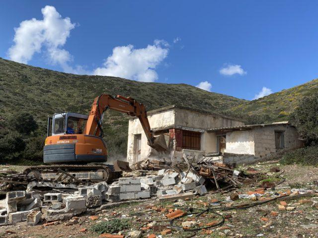 Αυθαίρετα: Μπήκε η πρώτη μπουλντόζα στη Μακρόνησο