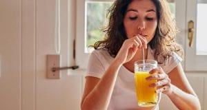 Γυναίκα πίνει χυμό - Ψυχολογία - πορτοκαλάδα