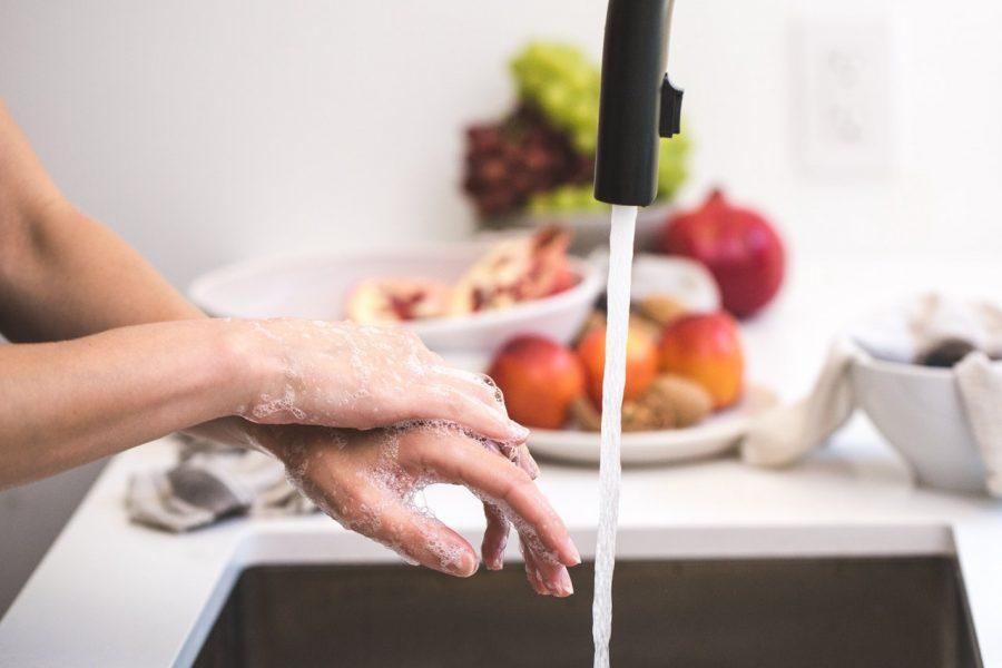 Κορονοϊός: Γιατί δεν κάνει να πλένουμε τα τρόφιμα με σαπούνι