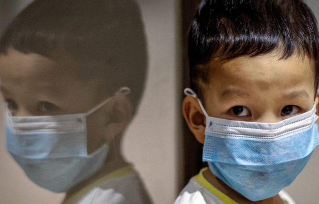 Μέχρι ένα μέτρο μπορεί να φθάσουν σταγονίδια ανθρώπου με μάσκα που βήχει