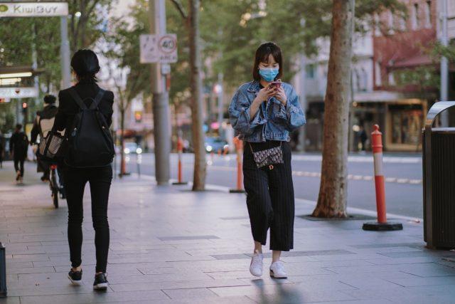 Χρήση κινητού smartphone στον δρόμο