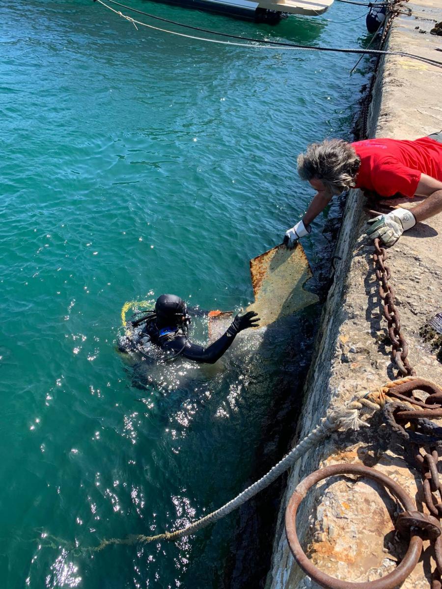 Χανιά: 30 τόνοι σκουπίδια ανασύρθηκαν από τον βυθό του λιμανιού
