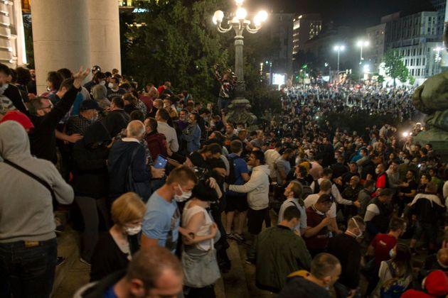 Διαδηλωτές έξω από τη Βουλή της Σερβίας ASSOCIATED PRESS όπως δημοσιεύθηκε στη huffingtonpost.gr