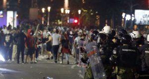 Διαδηλώσεις έξω από τη Βουλή της Σερβίας ASSOCIATED PRESS