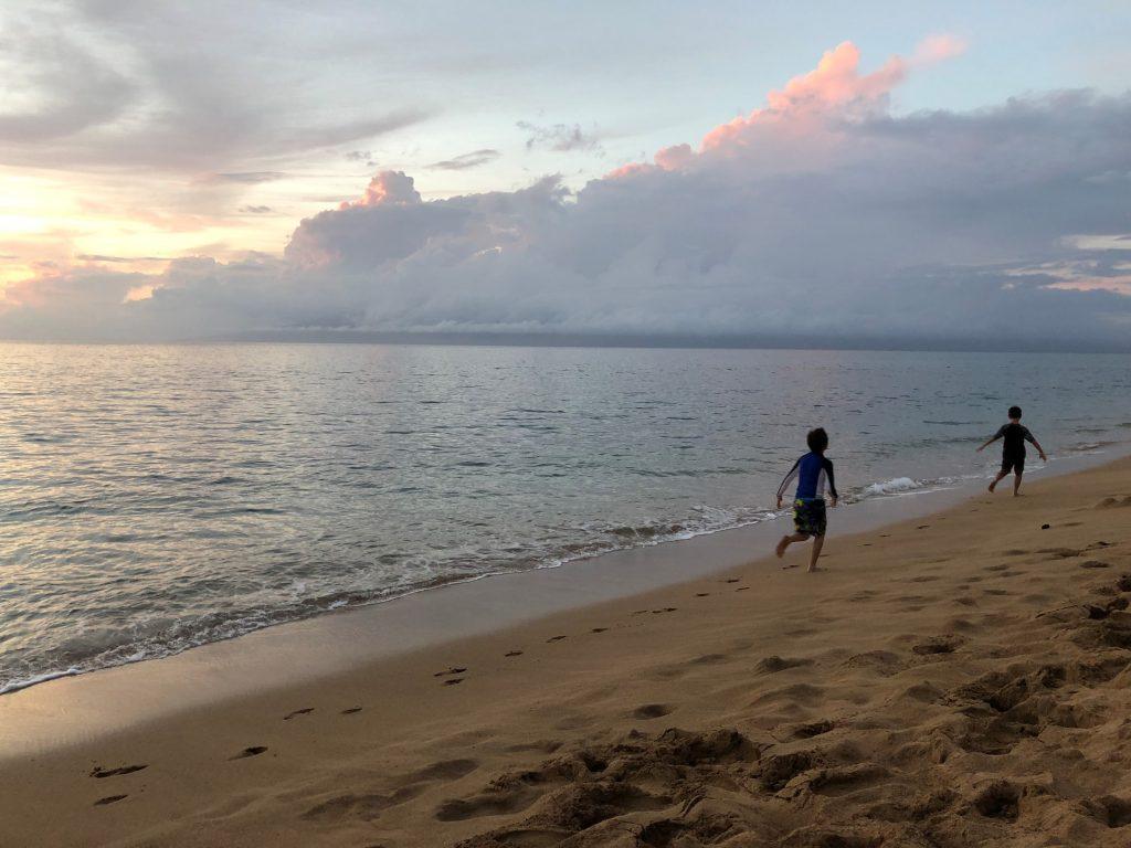 Παιδιά που τρέχουν στη θάλασσα