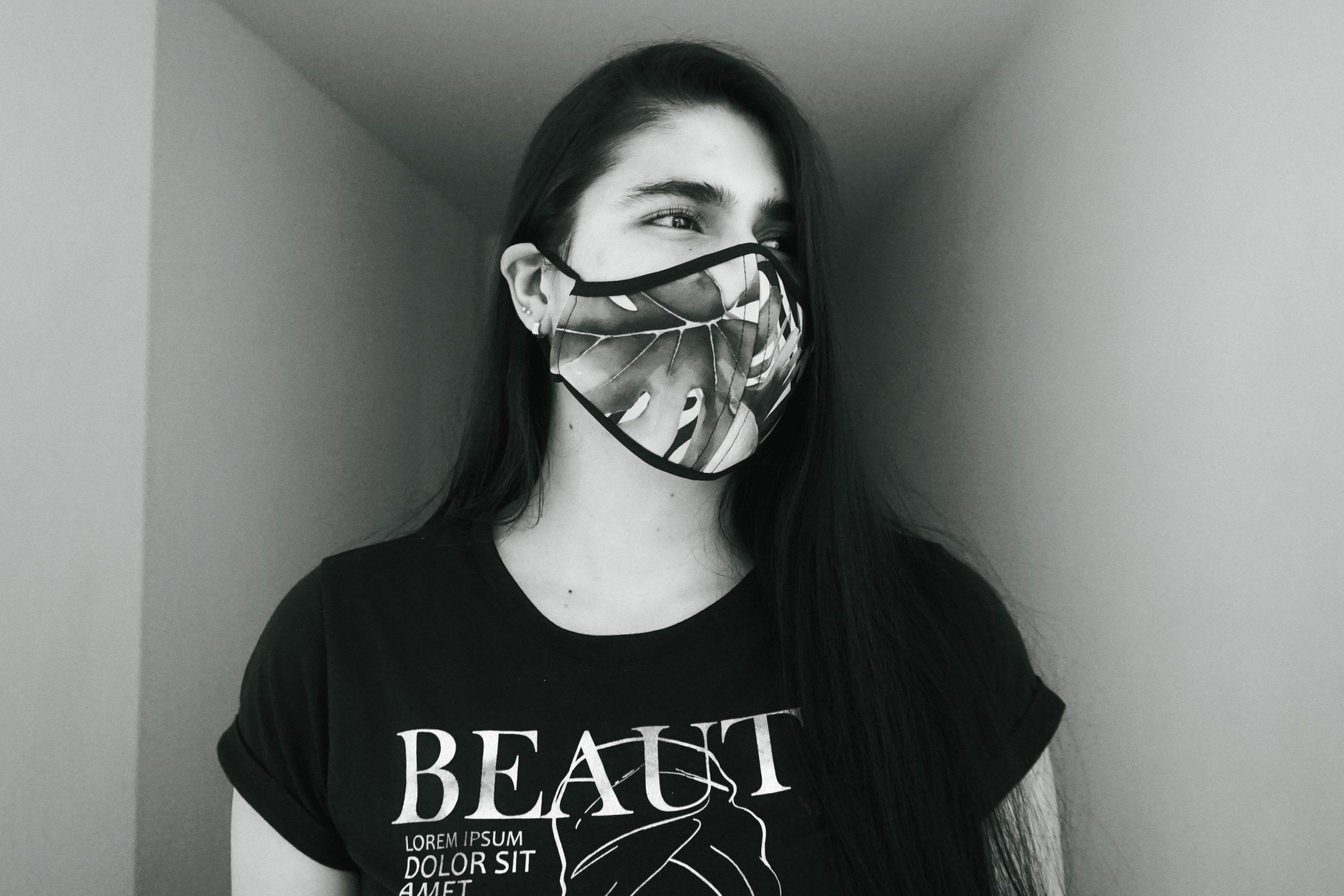 Γυναίκα με μάσκα προστασίας