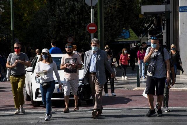 Χρήση μάσκας σε εξωτερικούς χώρους, στιγμιότυπα από το κέντρο της Αθήνας, Δευτέρα 26 Οκτώβρη 2020 (ΔΑΓΑΛΑΚΗΣ ΓΙΩΡΓΟΣ / EUROKINISSI)