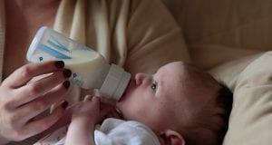μωρά με μπιμπερό