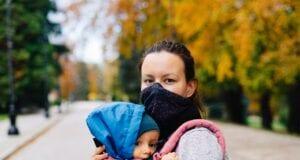 Γυναίκα και το παιδί της εν μέσω πανδημίας