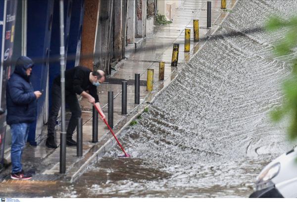 Πλημμύρες σε δρόμους της Θεσσαλονίκης
