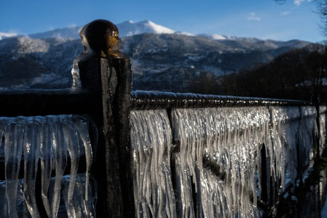 Πάγος στα κάγκελα δίπλα στην λίμνη των Ιωαννίνων εξαιτίας των χαμηλών θερμοκρασιών που επικρατούν στην πόλη την Δευτέρα 15 Φεβρουαρίου 2021. (EUROKINISSI/ΛΕΩΝΙΔΑΣ ΜΠΑΚΟΛΑΣ)