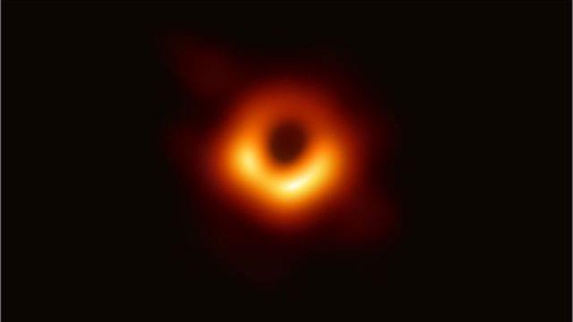 μαύρη τρύπα M83