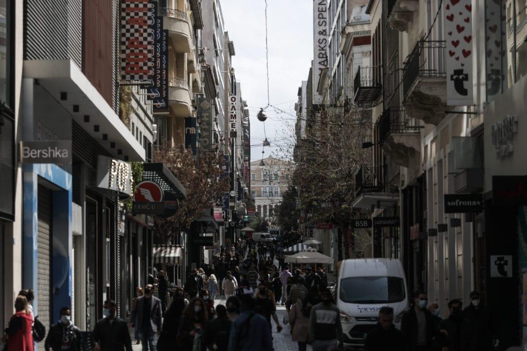 Στιγμιότυπο από την οδό Ερμού την Τρίτη 6 Απριλίου 2021, δεύτερη ημέρα επαναλειτουργίας των καταστημάτων του λιανεμπορίου. (EUROKINISSI/ΣΩΤΗΡΗΣ ΔΗΜΗΤΡΟΠΟΥΛΟΣ)