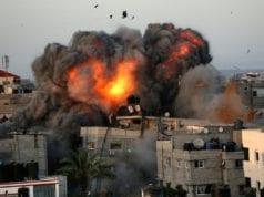 Φωτό από βομβαρδισμό στη Γάζα τη Κυριακή (Photo by Bashar TALEB / AFP)