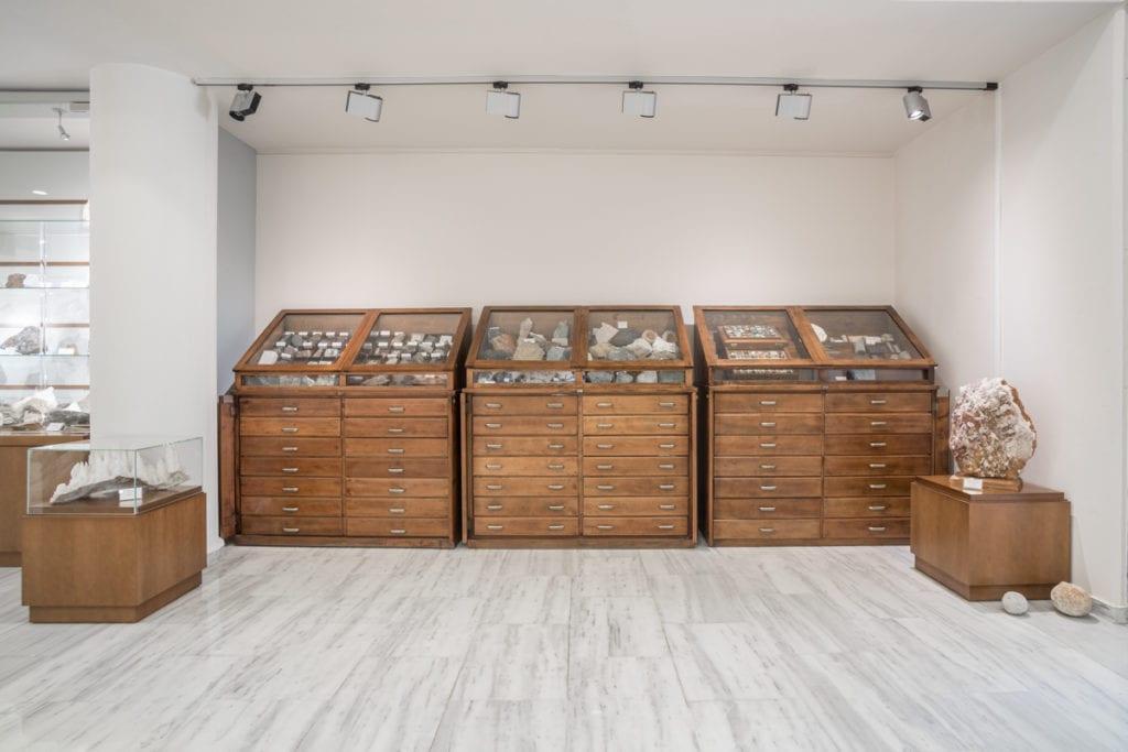 Άποψη των ιστορικών προθηκών του Μουσείου Ορυκτών και Πετρωμάτων της ΕΑΓΜΕ