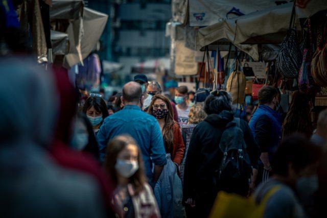 Κορονοϊός - άνθρωποι - μάσκες - δρόμος